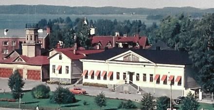 Värivalokuva Savonlinnan kaupungintalosta ulkoa kesällä 1961.