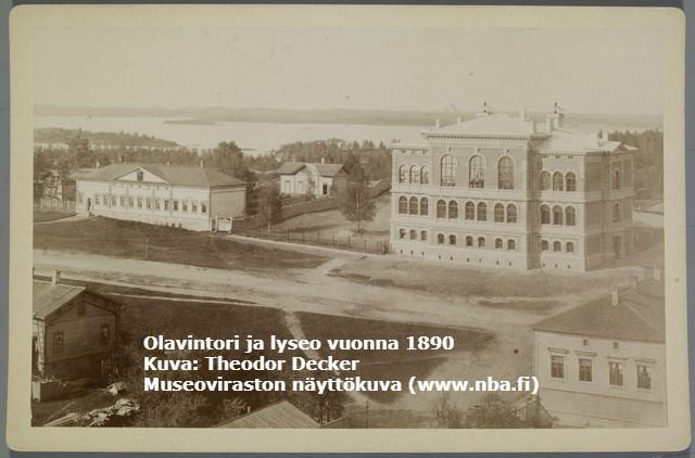Seepiansävyinen valokuva Otto von Fieandtin kirjakaupasta ja lyseosta vuonna 1890 kuvattuna Nälkälinnanmäeltä.
