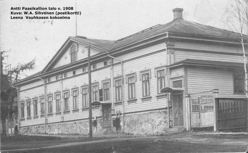 Mustavalkovalokuva postitalon julkisivusta Olavintorilta kuvattuna.