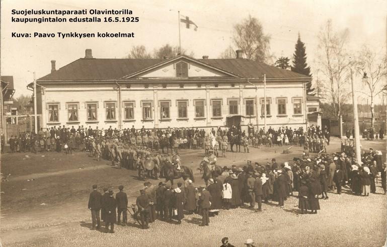Seepiansävyinen valokuva suojeluskunnan paraatista kaupungintalon edustalla 16.5.1925.