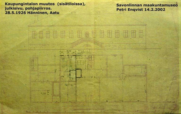 Kellertävä julkisivu- ja pohjapiirros kaupungintalon sisätilojen muutoksista vuonna 1926.
