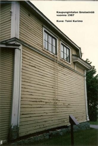 Värivalokuva vuodelta 1987 kaupungintalon länsiseinästä.