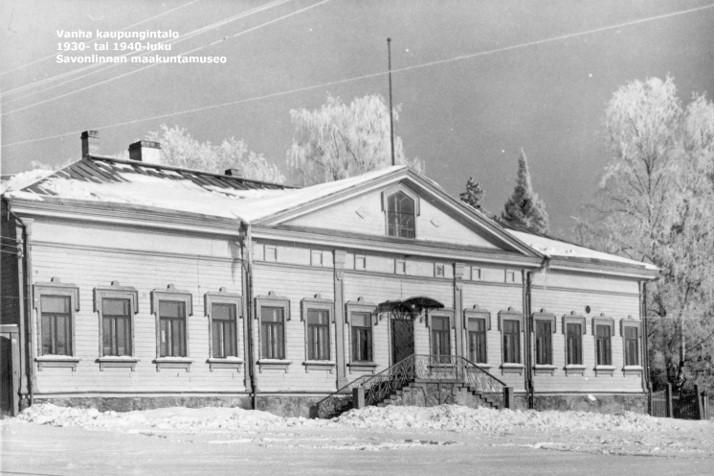 Mustavalkovalokuva joltakin 1930–1940-luvun talvelta kaupungintalon julkisivusta.