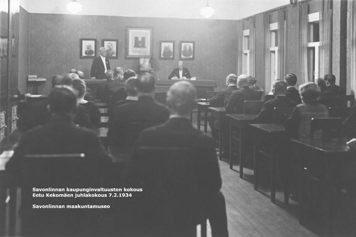 Salin takaosasta otettu mustavalkovalokuva kaupunginvaltuuston kokouksesta 7.2.1934.