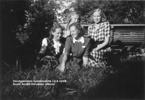Mustavalkokuva ryhmästä verotoimiston naistyöntekijöitä kaupungintalon nurmipihalla.