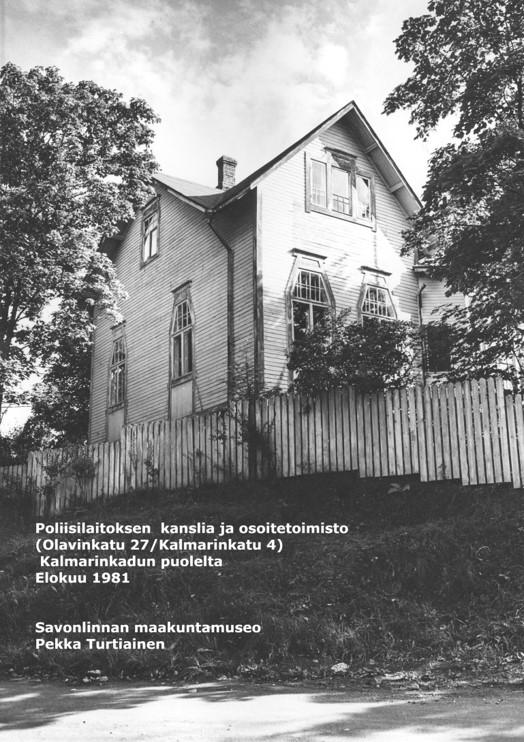 Mustavalkovalokuva elokuulta 1981 Olavinkatu 27:n ja Kalmarinkatu 4:n kulmauksen jugendtalosta, jossa sijaitsi poliisilaitoksen kanslia ja osoitetoimisto.