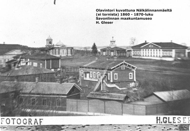 Nälkälinnanmäeltä kuvattu mustavalkokuva Olavintorista ja sitä ympäröivistä rakennuksista 1860–1870-luvulla.