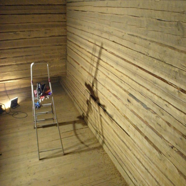 Tyhjän viljalaarin seinät on puhdistettu A-tikkailta.