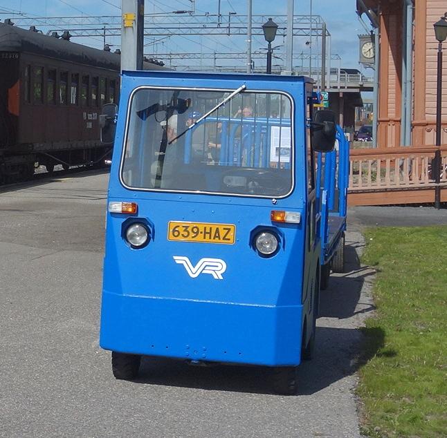 Matkatavarakärryjä vetävä laituriauto kuuluu museon käyttökokoelmaan.